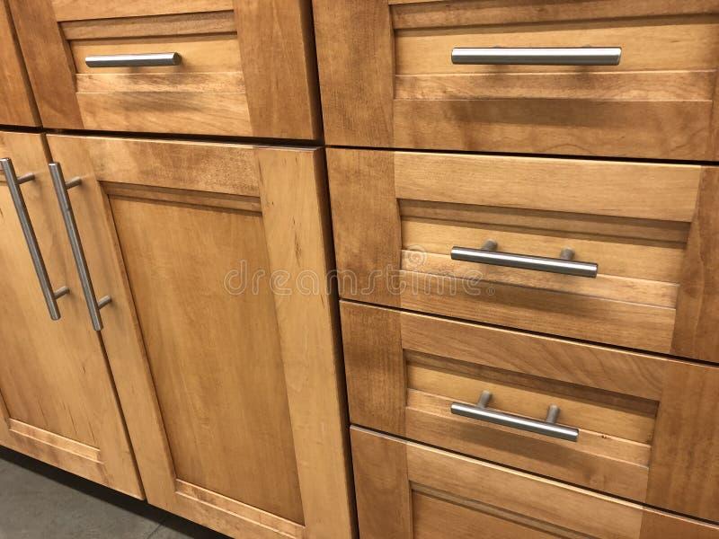 厨柜由与镀铬物把柄的自然木槭树制成 免版税库存图片