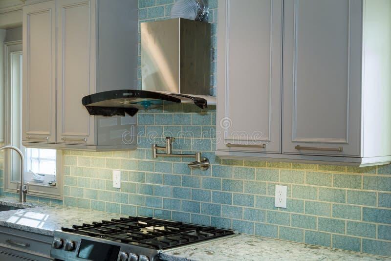 厨柜设施改善改造worm& x27; 在一个新的厨房安装的s视图 免版税库存照片