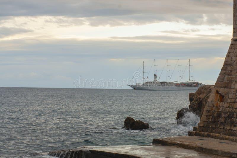去从有美好的剧烈的日落的老堡垒的后面游轮 库存照片