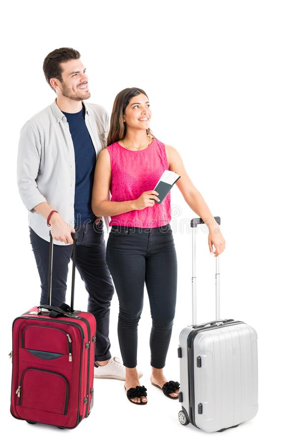 去休假反对白色背景的年轻西班牙夫妇 库存图片