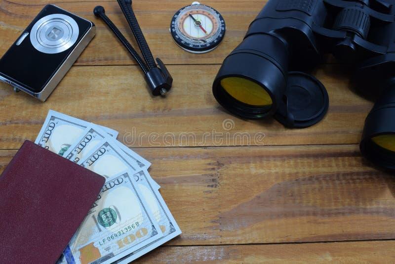 去休假的旅行,在桌上是与金钱美元的一本护照 免版税库存图片