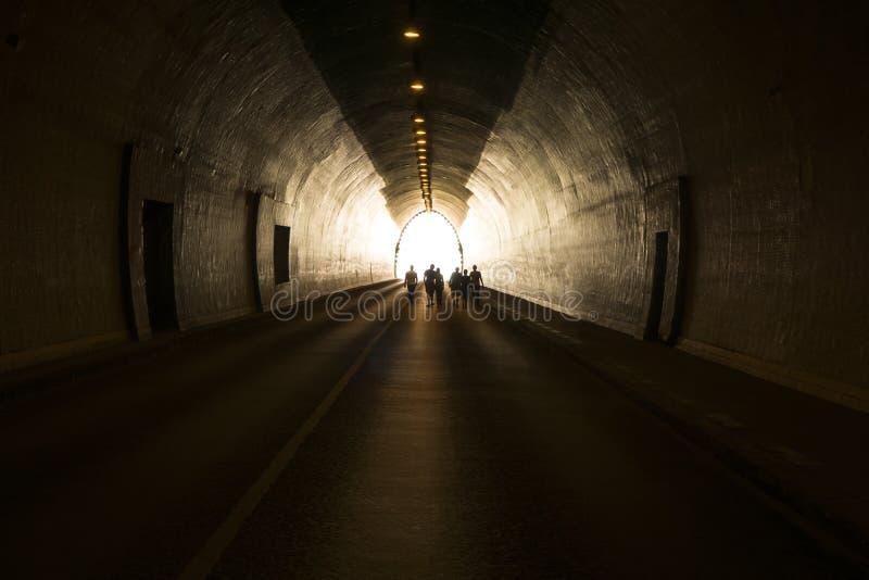 去光的人的概念在隧道尽头 免版税图库摄影