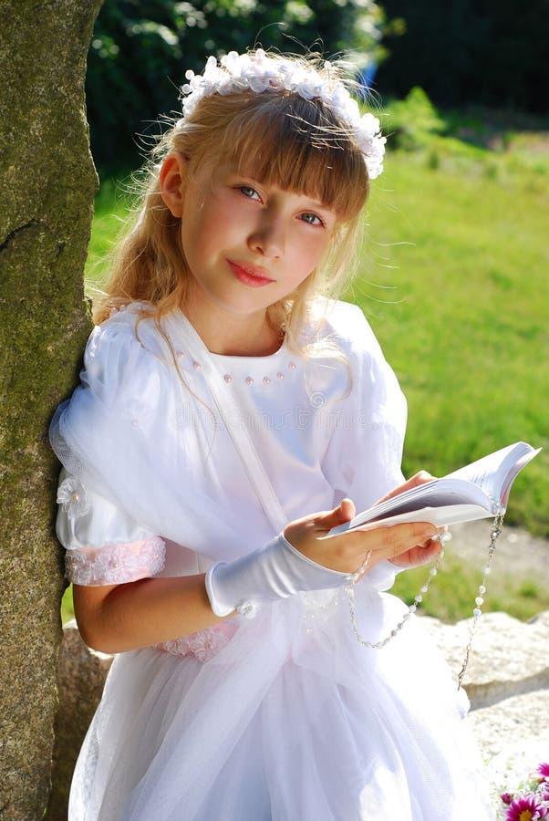 去圣餐第一个的女孩圣洁 免版税图库摄影