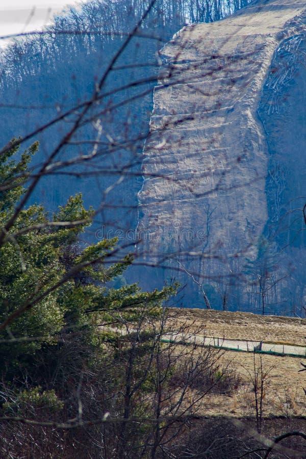 去在一座陡峭的山的山谷管道 免版税库存图片