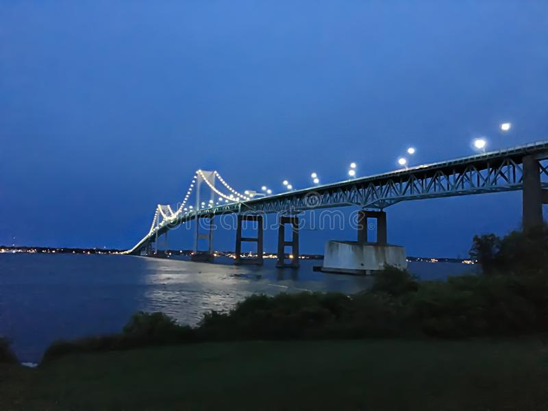 去在海洋的绿色桥梁在Narragansett,罗德岛 免版税图库摄影