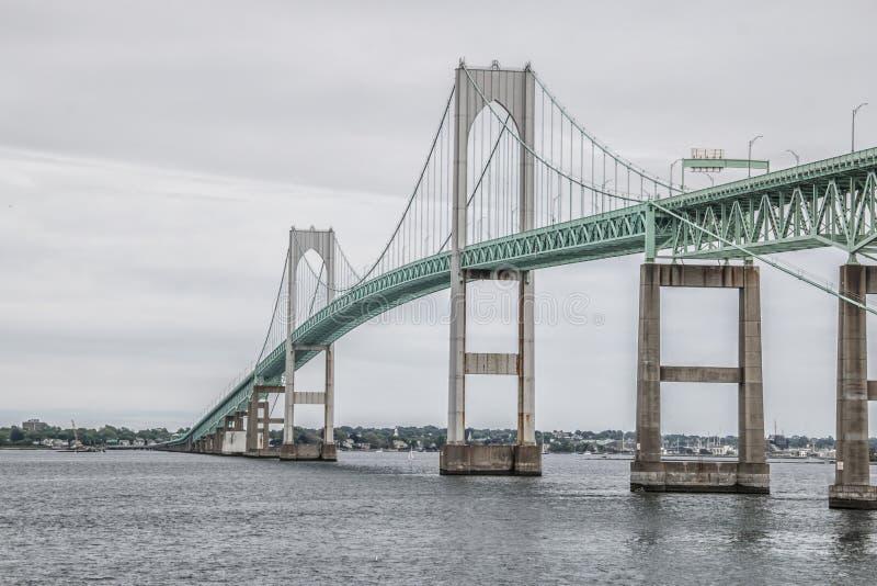 去在海洋的绿色桥梁在Narragansett,罗德岛 免版税库存图片