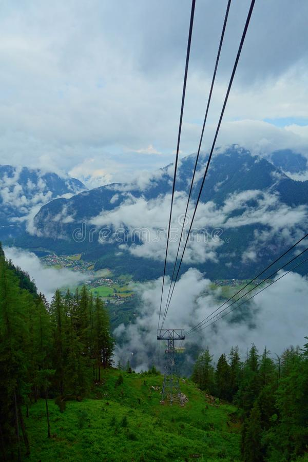 去在登上Krippenstein,上奥地利的Dachstein山的缆车教练 免版税图库摄影
