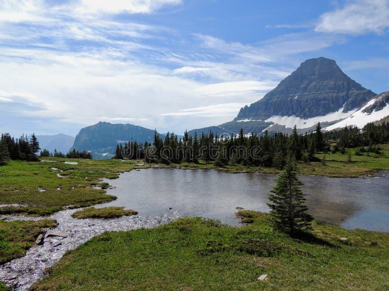 去太阳路,风景,雪原看法在摇石附近的冰川国家公园通过,暗藏的湖, Highline足迹, whi 免版税库存图片