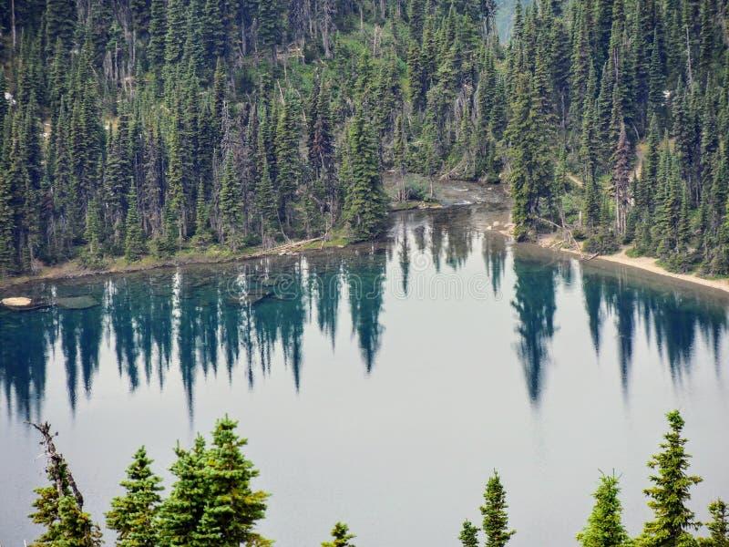 去太阳路,风景,雪原看法在摇石附近的冰川国家公园通过,暗藏的湖, Highline足迹, whi 免版税图库摄影
