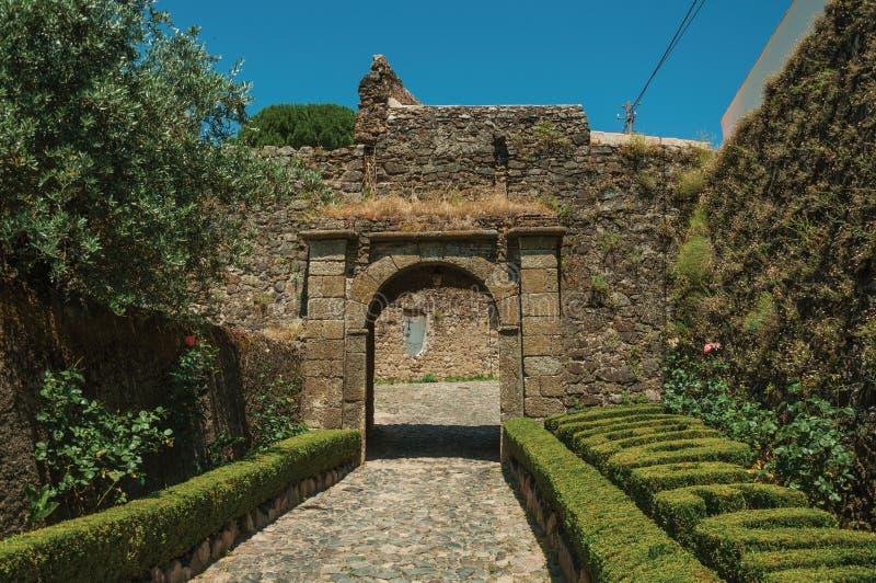 去往在石墙的门户的路有庭院的 图库摄影