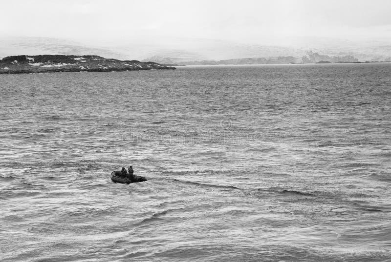 去往昂韦尔岛,南极洲海岸线的研究小船  免版税库存照片