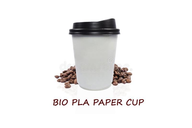 去的生物纸咖啡与在白色背景的咖啡豆 免版税库存照片