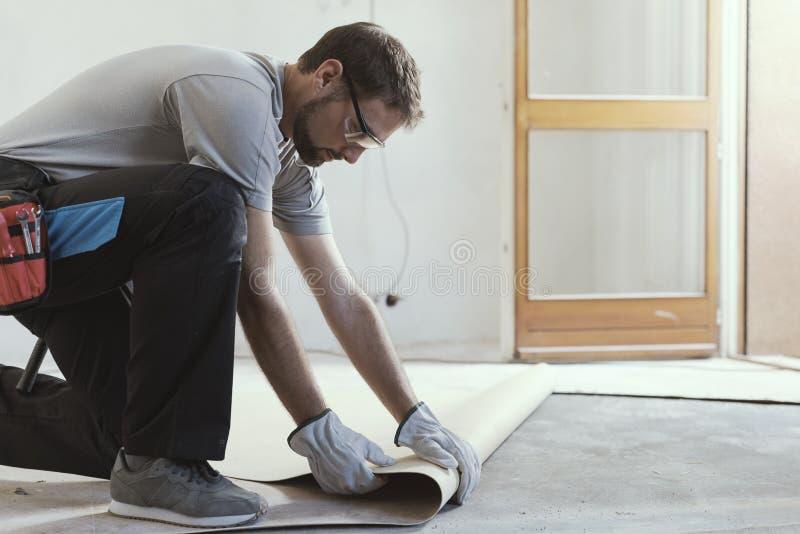 去除一块老亚麻油地毡地板的承包商 免版税图库摄影