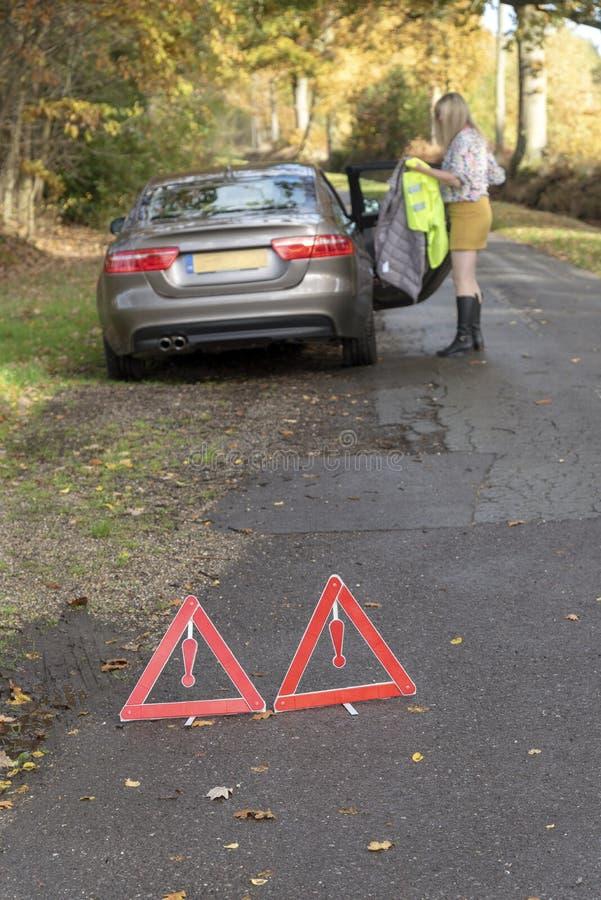去除反射性安全夹克的驾驶人从汽车 库存图片