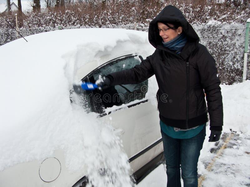 去除雪妇女的汽车 库存图片