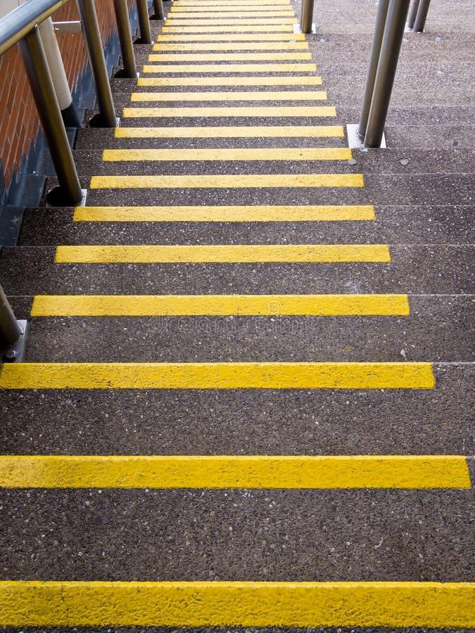 去黄色的步骤下来-事故预防 库存照片