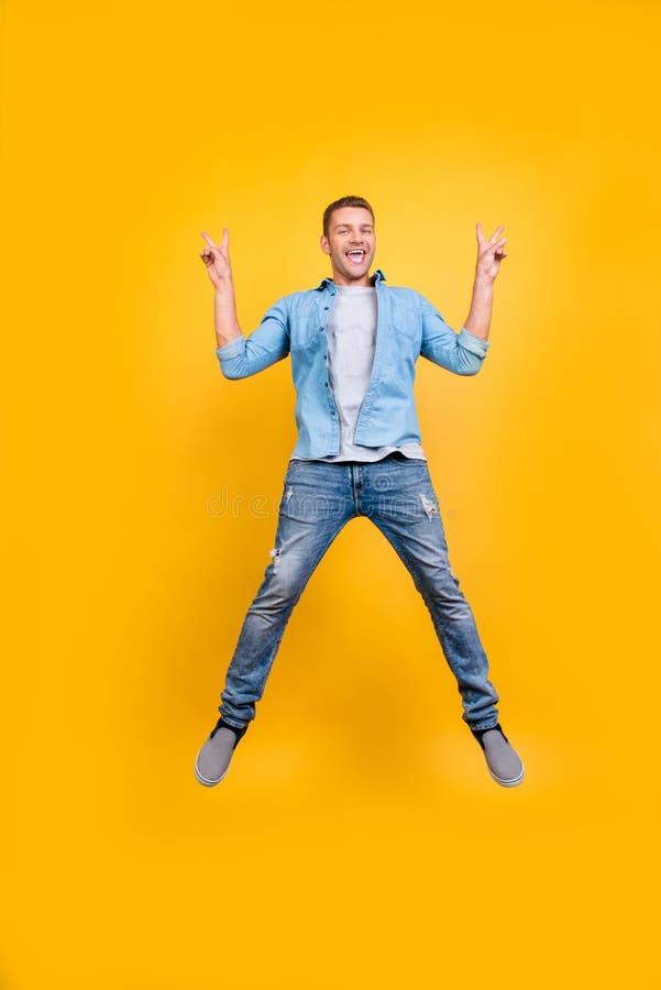 去,疯狂!偶然成套装备的高兴,滑稽,质朴的人充分能量 图库摄影