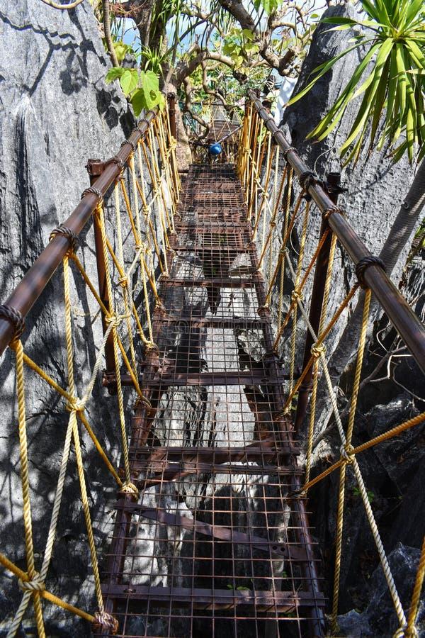 去Taraw峭壁峰顶的钢脚桥梁在El Nido,帕拉瓦的 库存图片