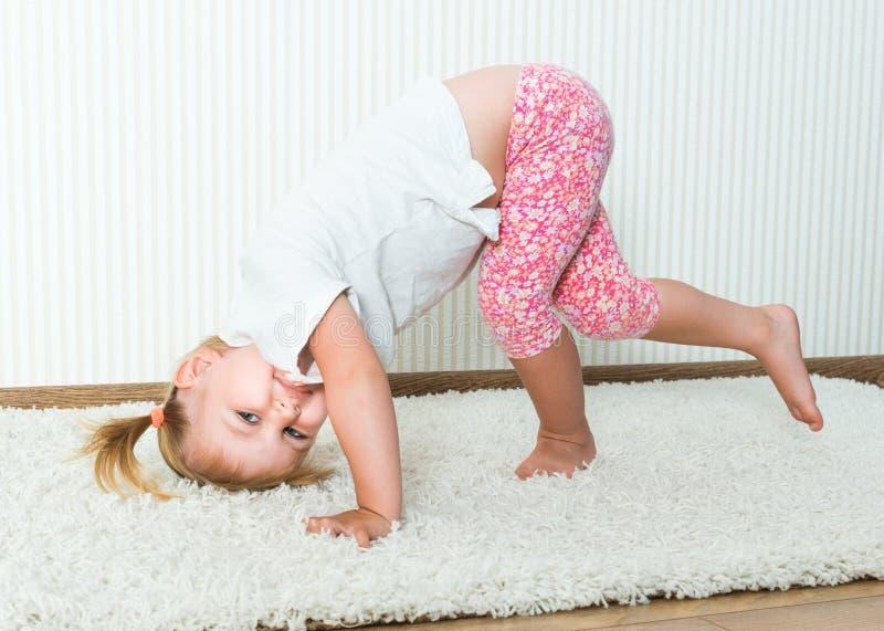 参与体育活动愉快的小女孩 库存图片