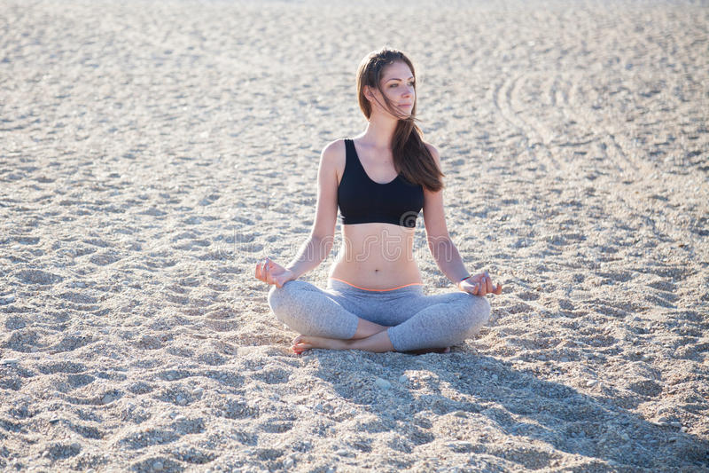 参与健身瑜伽美丽的女孩 免版税库存照片