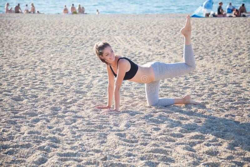 参与健身瑜伽美丽的女孩 免版税库存图片