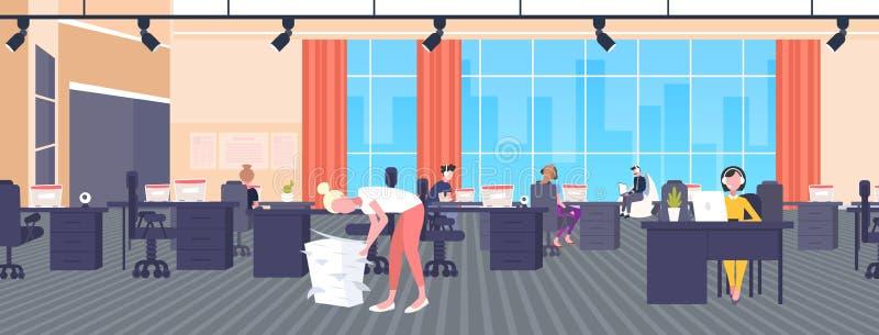 参与劳累过度的女实业家与纸张文件一起使用堆积最后期限努力文书工作概念现代开放 皇族释放例证