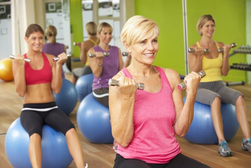 参与在健身房健身类的妇女 免版税库存图片