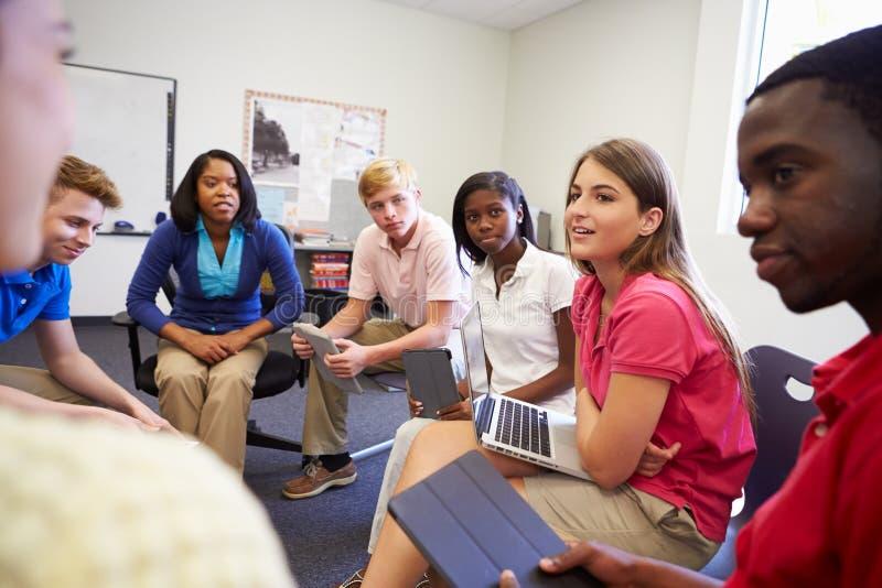 参与在小组Discussi的高中学生 免版税库存图片