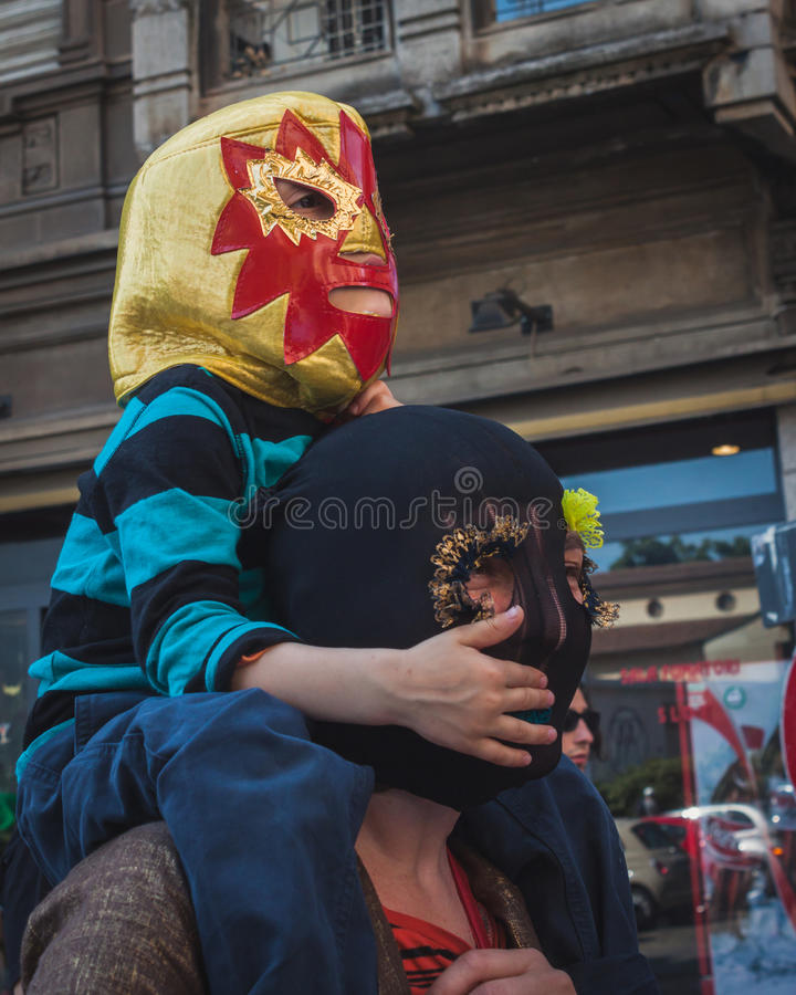 参与在无线电呼救信号游行的孩子在米兰,意大利 免版税库存照片