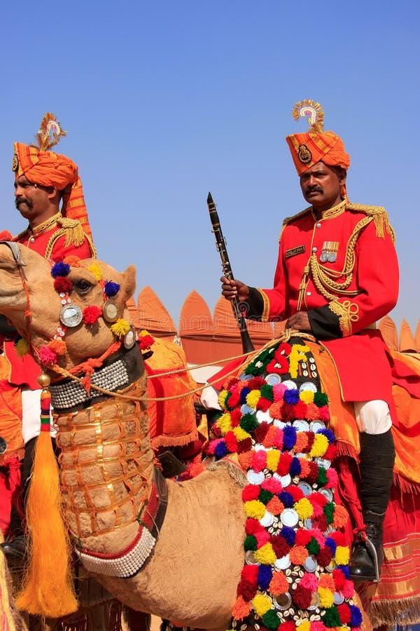 参与在骆驼队伍的地方人在沙漠节日, Ja 图库摄影