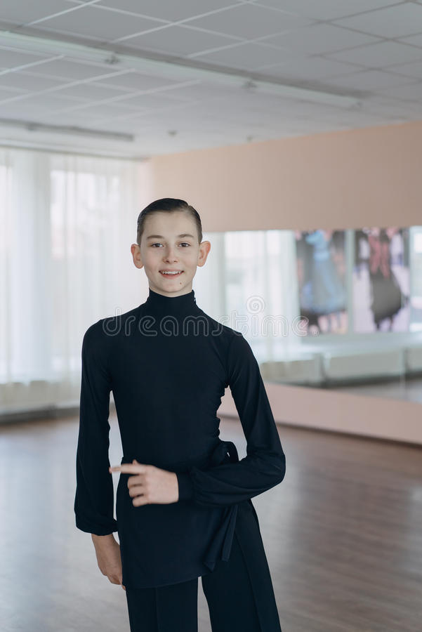 参与跳舞一个年轻男孩的画象 免版税图库摄影