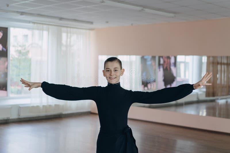 参与跳舞一个年轻男孩的画象 免版税库存照片