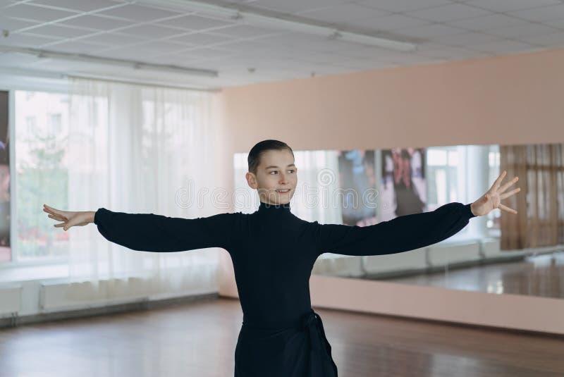 参与跳舞一个年轻男孩的画象 图库摄影
