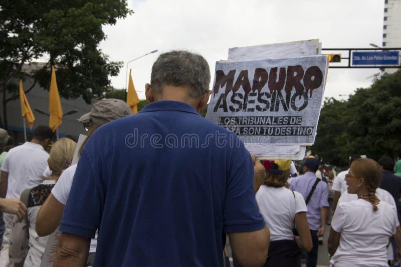 参加事件的抗议者叫所有抗议的母亲在委内瑞拉反对尼古拉斯・马杜罗政府 免版税图库摄影