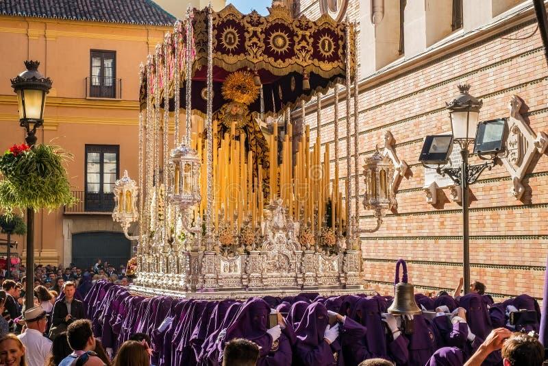 参加圣周的人们在西班牙城市 免版税库存照片