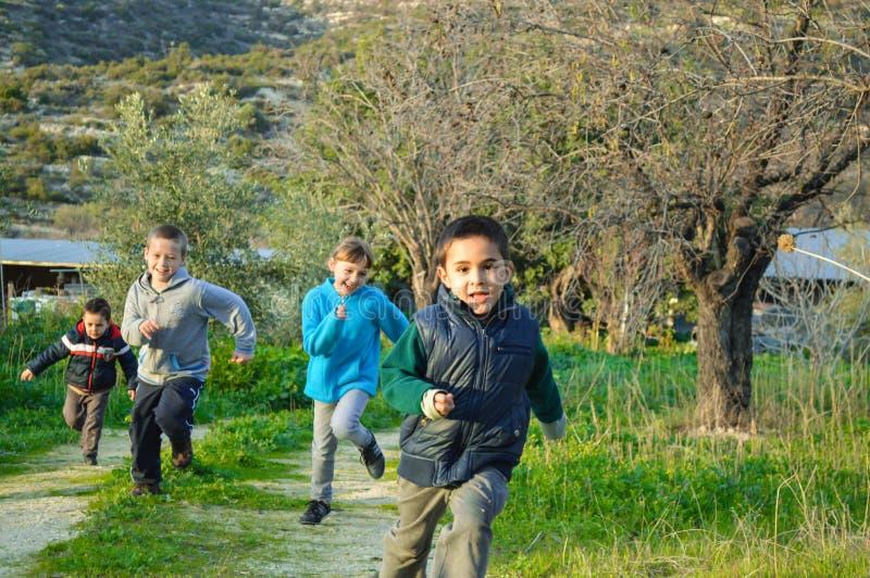 参加比赛的孩子在原野 免版税库存图片