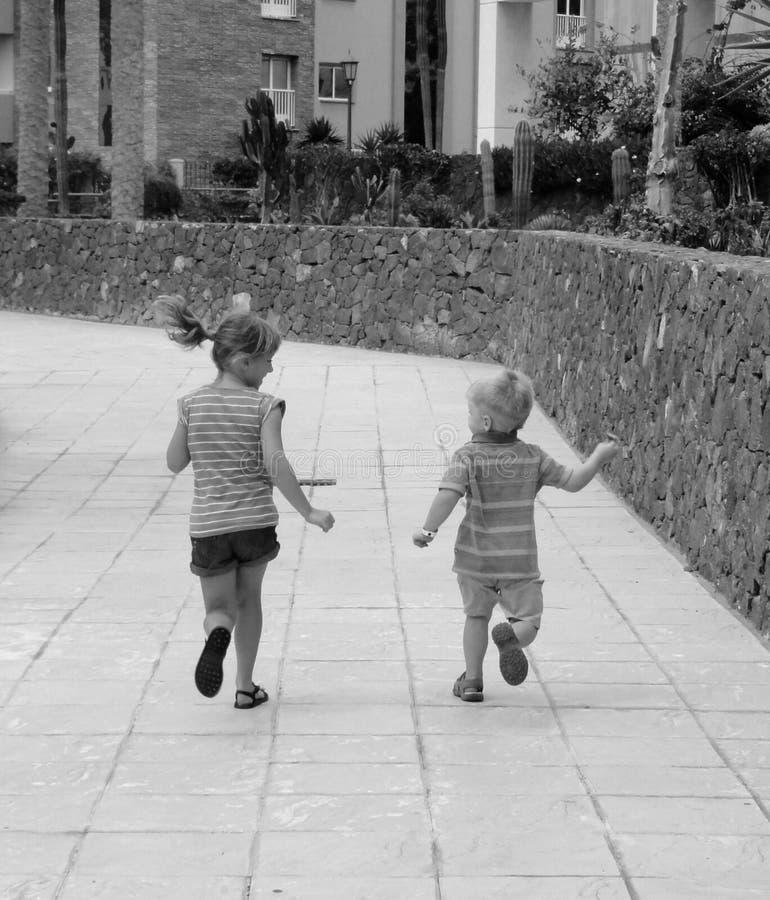 参加比赛的孩子在原野 库存图片