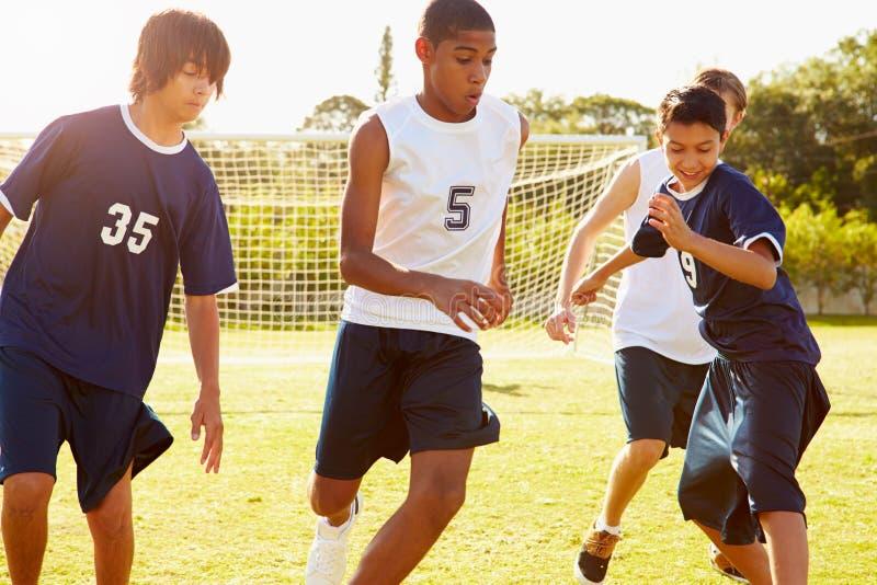 参加比赛的男性高中足球的成员 图库摄影