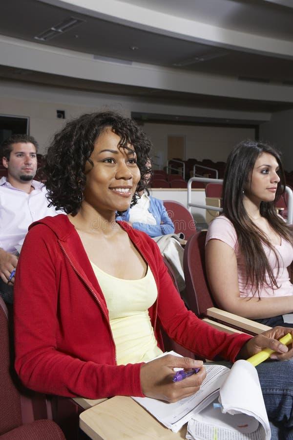 参加演讲的不同种族的学生 库存图片
