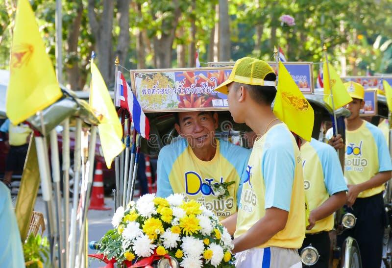 参加爸爸活动的自行车的人们 免版税库存照片