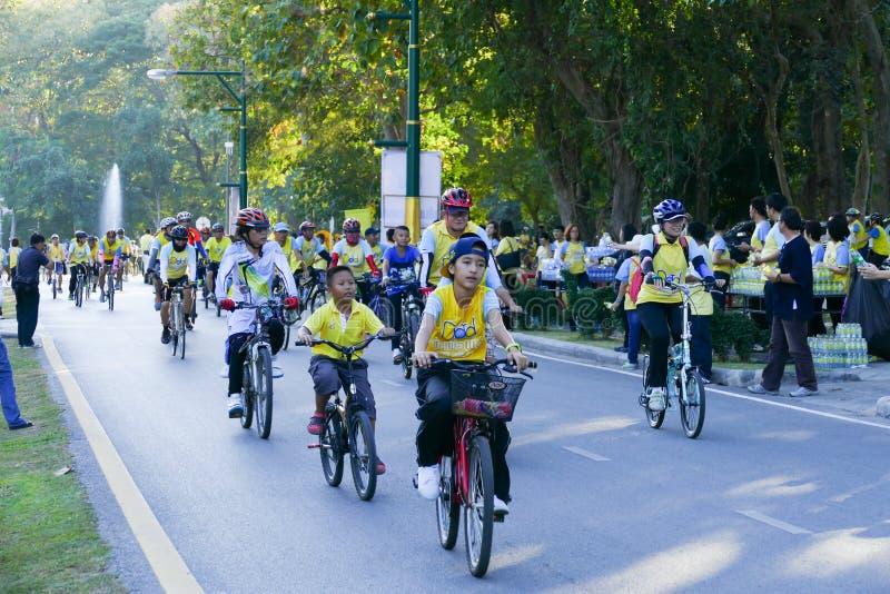 参加爸爸活动的自行车的人们 图库摄影