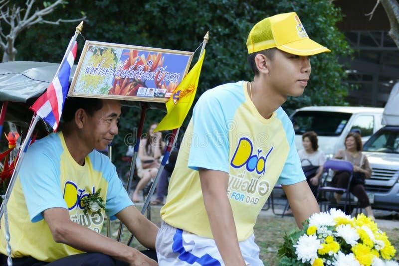 参加爸爸活动的自行车的人们 库存照片