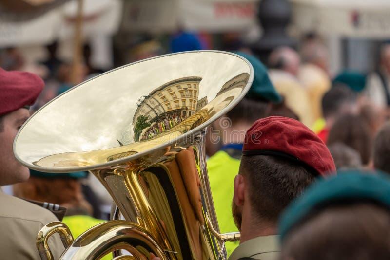 参加科珀斯克里斯提队伍的喇叭演奏员在克拉科夫老镇,波兰主要集市广场  库存照片