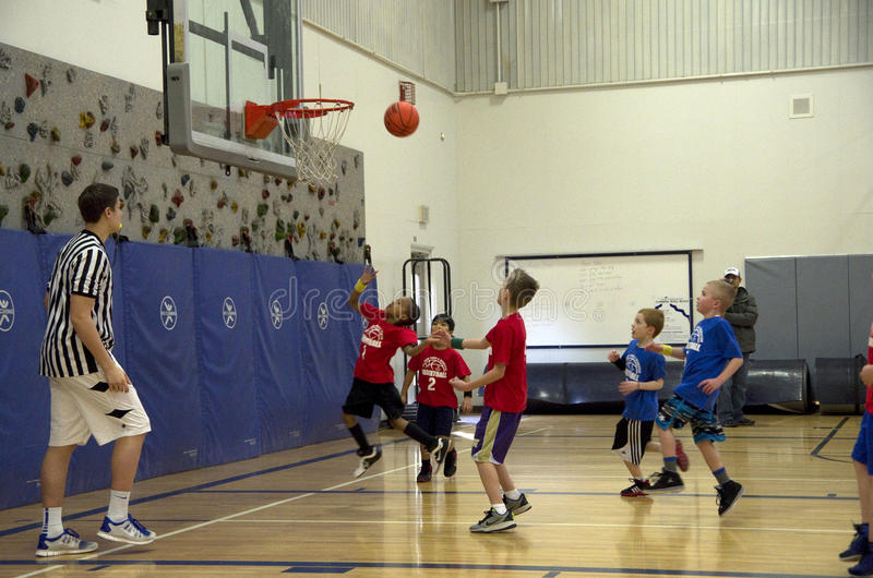 参加篮球比赛的孩子 图库摄影