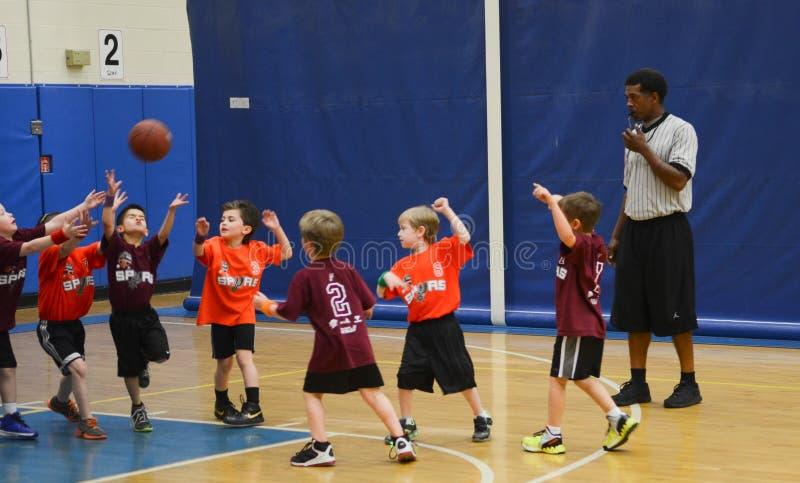 参加篮球比赛的孩子 免版税库存图片