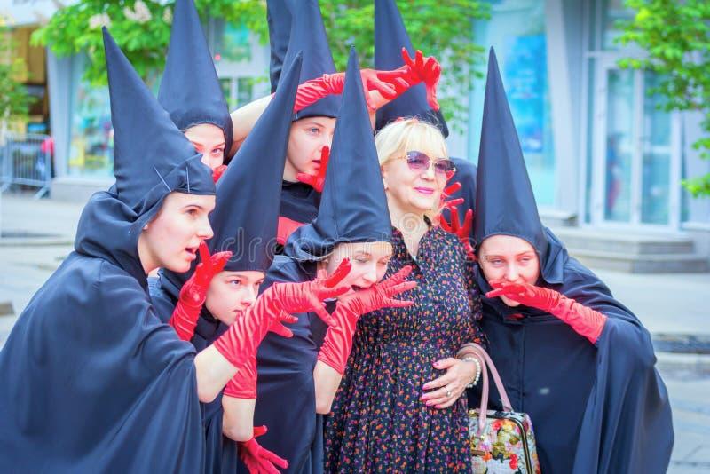 参加者在高中毕业生欢乐的队伍的剧院小组  免版税库存照片