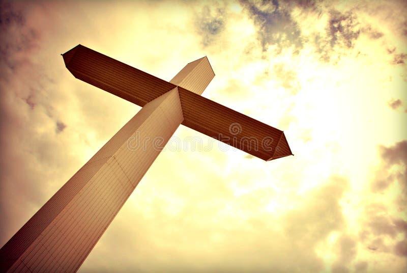 参天的十字架 免版税图库摄影