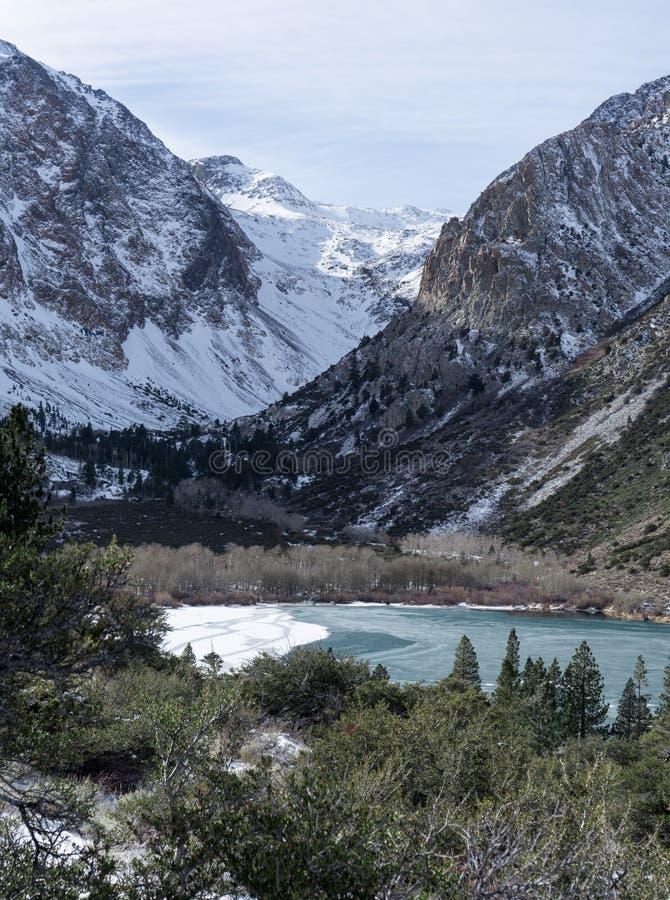 参天的复活节山脉在结冰的Parker湖后上升 免版税库存照片