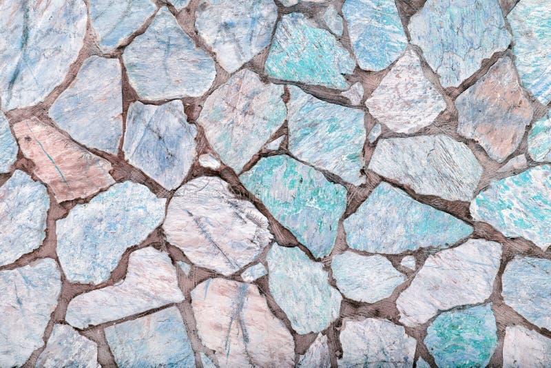 参差不齐的大石头背景  绿松石和灰色鹅卵石马赛克  免版税图库摄影