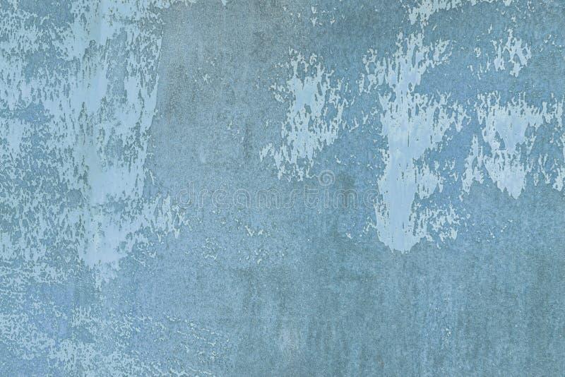 参差不齐的纹理,与污点和污点 老墙壁被绘的肮脏的蓝色 布局的空的背景 库存图片